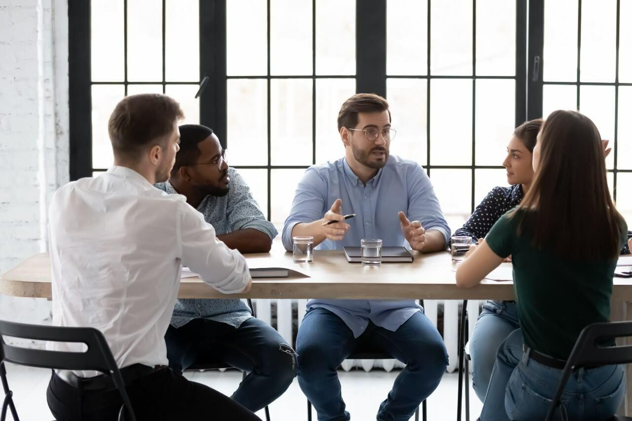 Årsregnskapet forklares av en regnskapsfører til kunder av han.