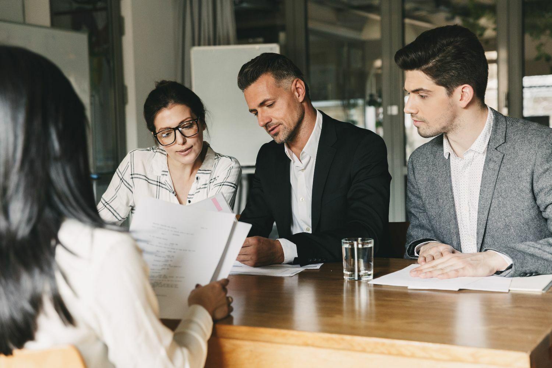 Rekrutteringsrådgivere som ser på en CV i INTUNOR.