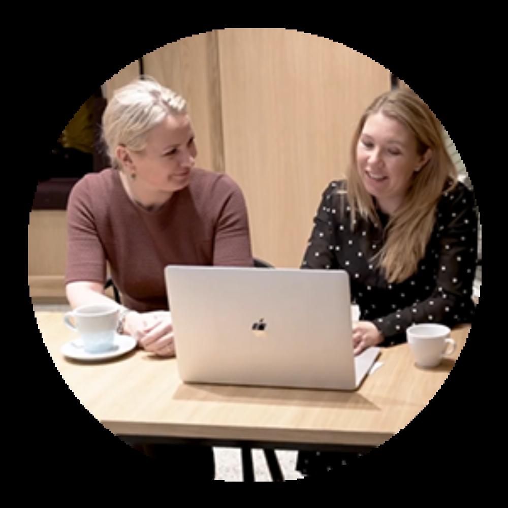Regnskapsfører Toril og Aslaug i Shifter jobber med regnskapet i Tripletex.